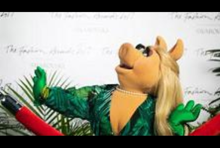 Miss Piggy presenta i Fashion Awards, regina del red carpet per Swarovski